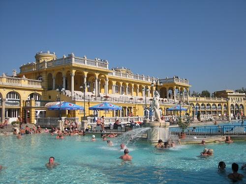 Горячий открытый бассейн Купален Сечени (Будапешт днём).