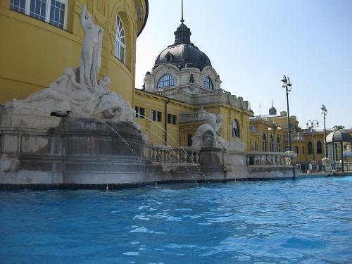 Открытый бассейн Купален Сечени (Будапешт днём).