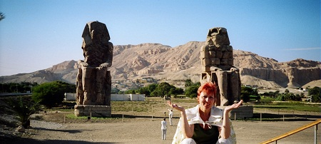 То, что осталось от колоссов Мемнона, охраняющих вход в Долину фараонов(Луксор, Египет)