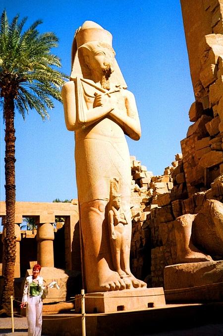 Рядом со статуей великого Рамзеса (Храм Карнак, Луксор)