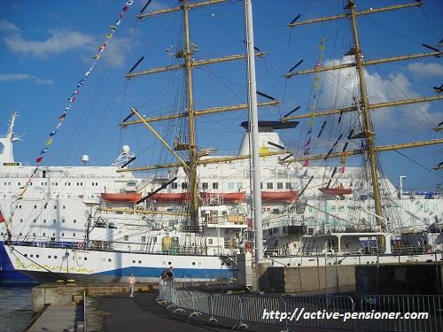 """Парусник """"МИР"""" на фоне современного океанского лайнера (Котка, Финляндия)"""