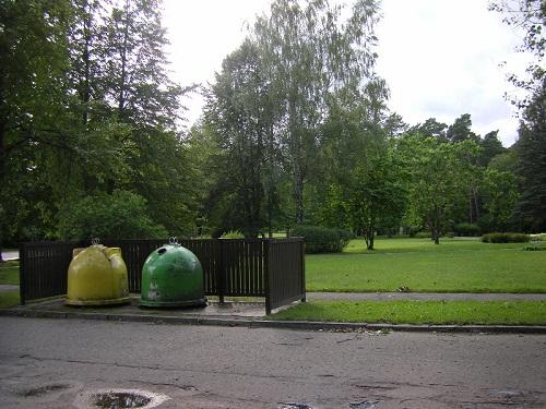 Везде в Латвии контейнеры для пластиковой и стеклянной тары (Фото З. Поддубной)