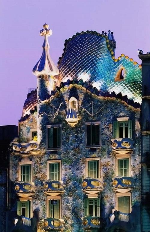 Дом Бальо в лучах ночной подсветки (Барселона)