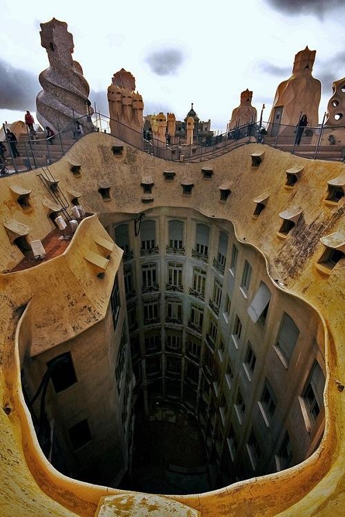 Внутренний дворик Дома Мила, вид с крыши (Барселона)
