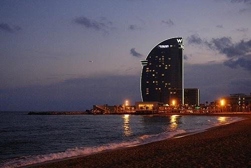 Вечерний парус гостиницы Vela (Барселона)