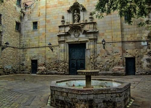 Один из двориков Готического квартала (Барселона)